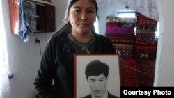 Гульсайра Аширова с портретом погибшего мужа. Здесь и далее – фото автора