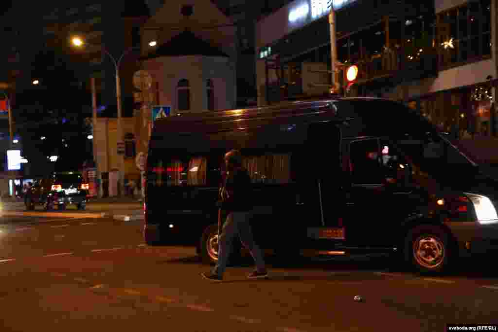 Пасьля таго, як з фургоны выйшлі меркавана супрацоўнікі ГУБАЗіК на Нямізе прагучалі стрэлы