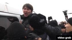 Полиция задерживает одного из участников митинга против девальвации. Алматы, 16 февраля 2014 года.