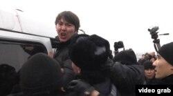 Полицейские садят задержанных активистов в автобус. Алматы, 15 февраля 2014 года.