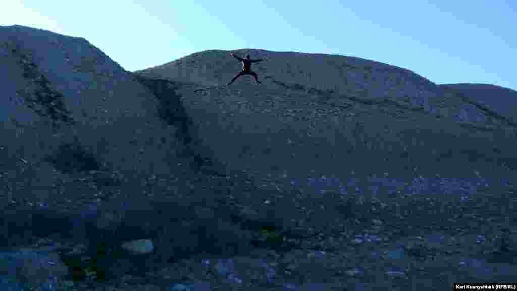 Человек прыгает с вершины Отрар-тобе.