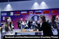 Марія Музичук (праворуч) під час гри з росіянкою Наталією Погоніною у Сочі. 5 квітня 2015 року