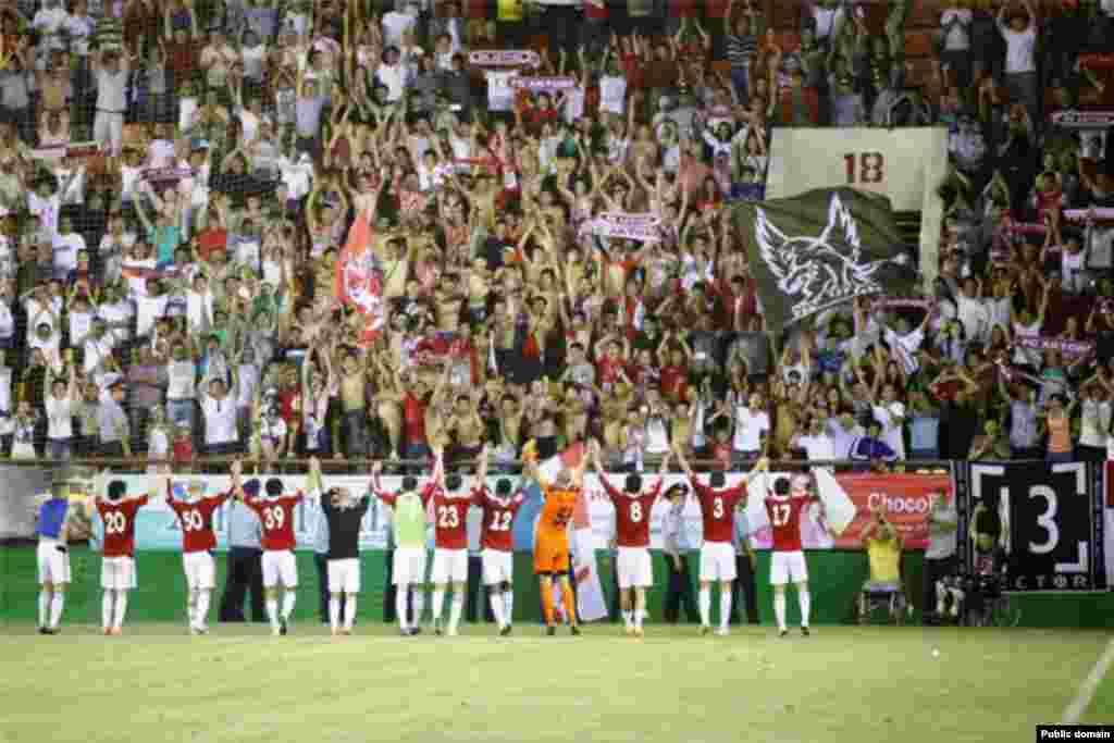 """После матча между командами """"Актобе"""" (Казахстан) и """"Хедд"""" (Норвегия). Футболисты благодарят своих болельщиков.Актобе,26 июля 2013 года."""