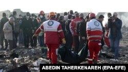 Работники Международного общества Красного Креста собирают тела погибших в авиакатастрофе под Тегераном. 8 января 2020 года.