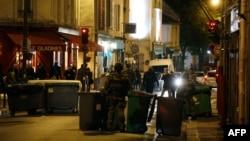 Сотрудники полиции в Париже. 14 ноября 2015 года. Иллюстративное фото.