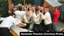 """Православные активисты врываются на концерт в честь юбилея радиостанции """"Серебряный Дождь"""""""