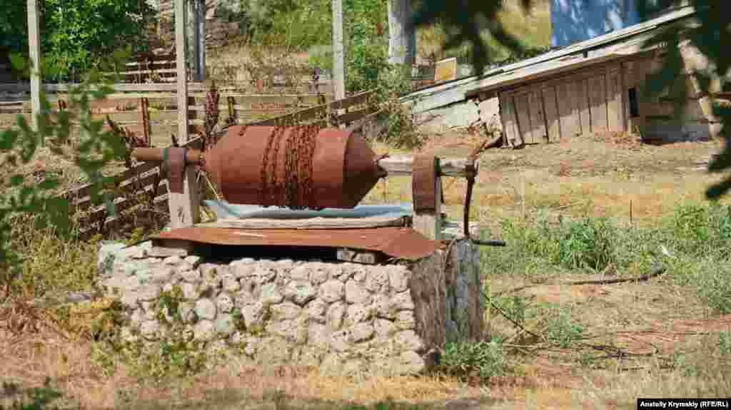 На сельских подворьях можно увидеть старые колодцы. Но вода в них, если и осталась, то для питья уже не годится