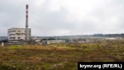 На этом пустыре у бывшего мусоросжигательного завода в Севастополе обещают построить оптово-распределительный центр