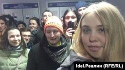 Дарья Комарова и задержанные на акции в Чебоксарах активисты в отделе полиции.