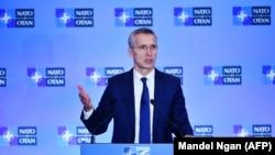 ینس ستولتنبرگ سرمنشی ناتو حین سخنرانی در یک کنفرانس مطبوعاتی در واشنگتن. ۴ اپریل ۲۰۱۹