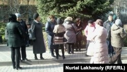 Ұлттық банк алдында наразылық танытып тұрған борышкерлер. Алматы, 23 қараша 2015 жыл.