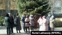 Ипотечники перед зданием Национального банка. Алматы, 23 ноября 2015 года.
