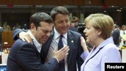 Премьер-министр Греции Алексис Ципрас (слева), премьер-министр Италии Маттео Ренци и канцлер Германии Ангела Меркель. Брюссель, 25 июня 2015 года.