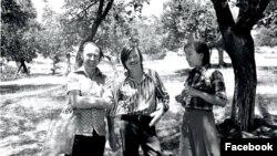 Али Хамраев (слева) с Андреем Тарковским в абрикосовой роще в Исфаре.