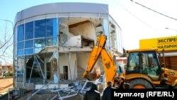 Aqmescitte alış-veriş merkezini yıqalar