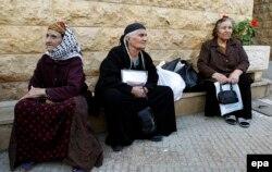 Femei creștine așteaptă să primească ajutoare în Hazmieh, la est de Beirut, 17 martie 2015