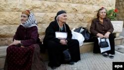مسيحيون ينتظرون مساعدات في احدى كنائس بيروت، 17 آذار 2015