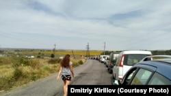 Окраина села Гнутово Донецкой области, очередь в направлении границы