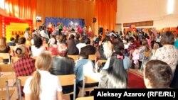 Ученики на школьном мероприятии. Алматы, сентябрь 2014 года. Иллюстративное фото.