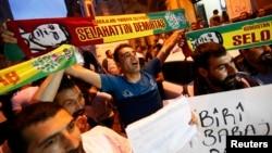 """""""Халқлар демократик партияси"""" тарафдорлари Истанбулда ғалаба нашидасини сурмоқда, 2015 йил 7 июни."""