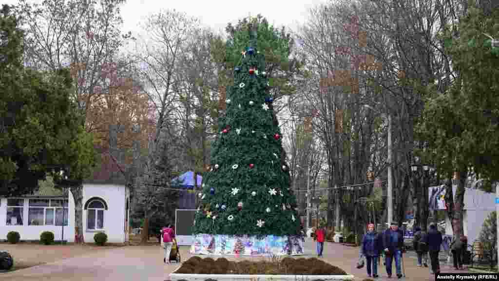 Искусственная елка появилась также в центре Детского парка