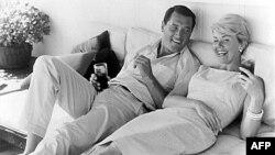 دوریس دی در کنار راک هادسن دیگر ستاره کلاسیک هالیوود که در سال ۱۹۸۵ بر اثر ابتلا به ایدز درگذشت.