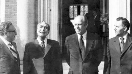Генеральный секретарь КПСС Леонид Брежнев (второй слева) с президентом США Джеральдом Фордом (третий слева) у дверей посольства США в Хельсинки, 31 июля 1975 г.