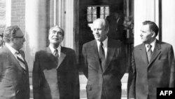 ჰელსინკი, აშშ-ის საელჩო, 1975 წლის ივლისი. ფოტოზე: საბჭოთა კავშირის ლიდერი, ლეონიდ ბრეჟნევი (მარცხნიდან მეორე), აშშ-ის პრეზიდენტი ჯერალდ ფორდი (მარჯვნიდან მეორე), ასევე აშშ-ის სახელმწიფო მდივანი, ჰენრი კისინჯერი და საბჭოთა კავშირის საგარეო საქმეთა მინისტრი, ანდრეი გრომიკო.