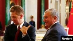 Gazprom Chief Executive Officer Aleksei Miller (left) and Rosneft Chief Executive Igor Sechin at the Kremlin. (file photo)