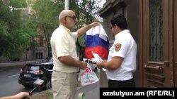 Гражданский активист Вардгес Гаспари возле офиса РПА в Ереване, 1 августа 2018 г.