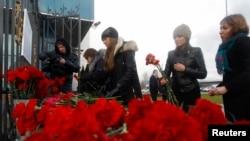 Россияне приносят цветы к месту крушения самолета в Казани. Иллюстративное фото.