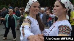 În Piața Marii Adunări Naționale din Chișinău, unde s-au adunat ansambluri folclorice din toate raioanele Republicii Moldova la un concert festiv și la Târgul meșterilor populari din scuarul catedralei mitropolitane.