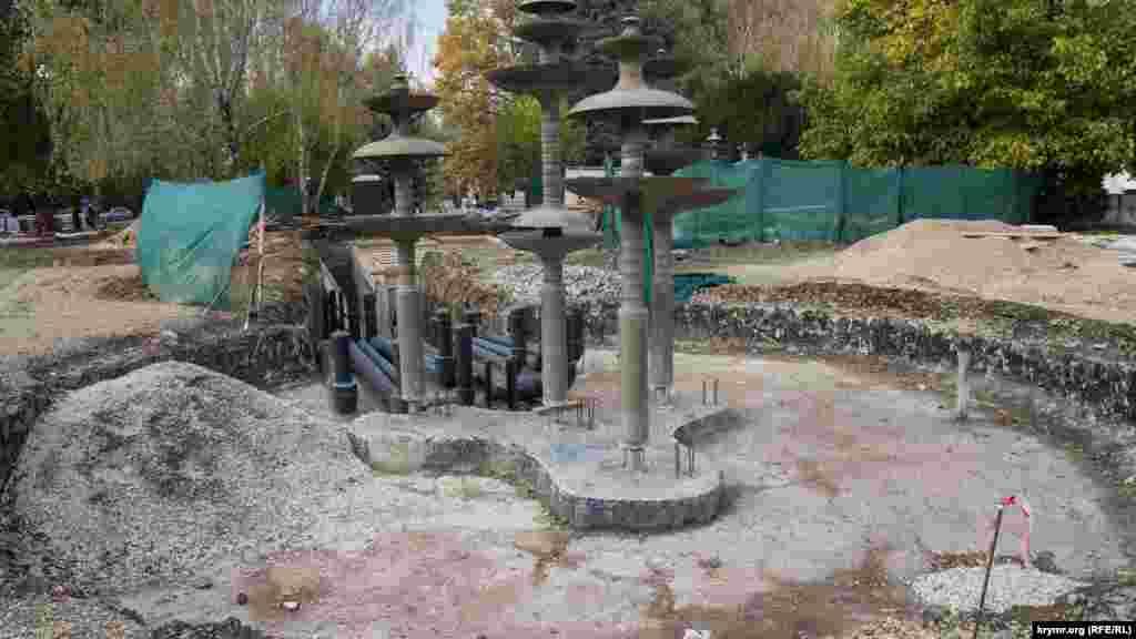 К фонтану проложили пластиковые трубы