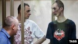 Олег Сенцов (ц) і Олександр Кольченко (п) в залі суду в російському Ростові-на-Дону, 25 серпня 2015 року