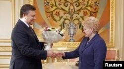 Президент Янукович зустрів президента Литви з букетом троянд
