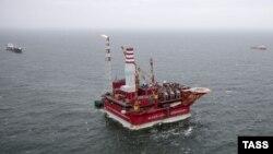 Печора теңізіндегі Ресейдің Приразломное мұнай платформасы.(Көрнекі сурет)