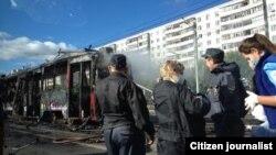 Казанның Ямашев урамында 13нче трамвай яна. 2 октябрь 2012