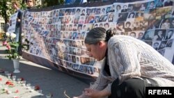 Russians met at a number of locations in Moscow on September 3 to honor the victims of the September 2004 tragedy.