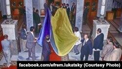 24 серпня 1991 року: народні депутати вносять до парламенту синьо-жовтий прапор