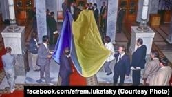Киев, 21 августа 1991 года. Огромный украинский флаг вносят с улицы в здание Верховного Совета УССР