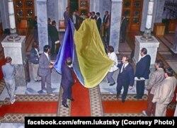 Київ, 24 серпня 1991 року. Величезний український прапор внесли з вулиці в будинок Верховної Ради УРСР