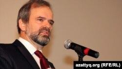 Посол США в Казахстане Кеннет Фэйрфакс.