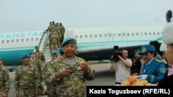 Вернувшегося из Индии командира казахстанского миротворческого полка майора Аяна Нуркасова первым встретили в аэропорту с баурсаками и шубатом. Алматы, 14 апреля 2018 года.