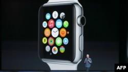 تیم کوک، رئیس شرکت اپل، محصولات جدید این شرکت را معرفی میکند: آیواچ.