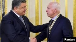 Президент Украины Петр Порошенко и американский сенатор Джон Маккейн в Киеве, 30 декабря 2016 года.