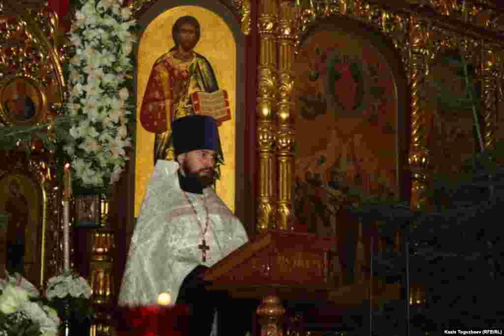 Священник Александр Суворов зачитывает послание Патриарха Московского и всея Руси Кирилла. Алматы, 7 января 2014 года.