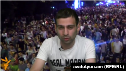 Член инициативы «Нет грабежу!» Артур Кочарян дает интервью Радио Азатутюн, 28 июня 2015 г.