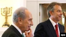 Новоиспеченный спецпосланник мирового сообщества с новым президентом Израиля Шимоном Пересом (слева)
