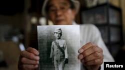 Нагасакидегі атом бомбасы шабуылынан кейін тірі қалған 86 жастағы Иошитеру Кохата өзінің оқушы кезіндегі фотосын көрсетіп тұр. 31 шілде 2015 жыл.