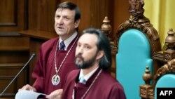 Wasyl Bryntsew (ç) we Konstitusion suduň sudýasy (s), Kiýew, 31-nji iýul, 2015